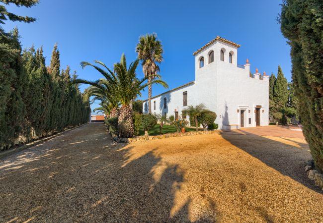 Fachada del Apartamento Hierbabuena – Hacienda Roche Viejo (Conil)