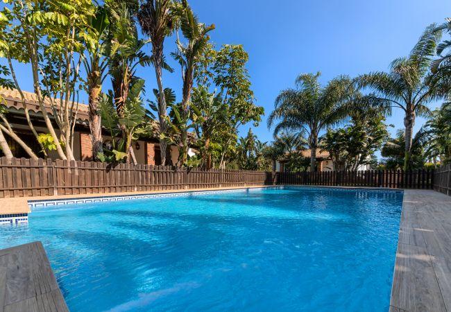 Piscina del Apartamento Hierbabuena – Hacienda Roche Viejo (Conil)