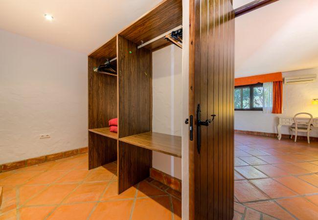 Vestidor del Apartamento Hierbabuena – Hacienda Roche Viejo (Conil)