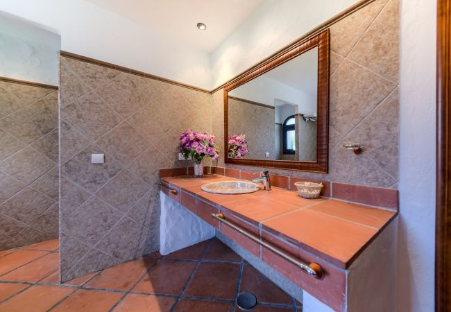 Baño del Apartamento Hierbabuena – Hacienda Roche Viejo (Conil)
