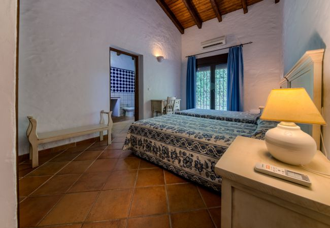 Dormitorio de Casa El Olivo – Hacienda Roche Viejo (Conil)